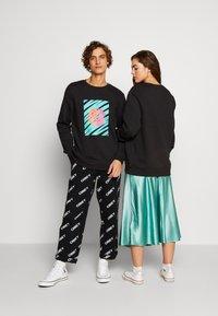 Urban Threads - FRONT & BACK GRAPHIC UNISEX  - Sweatshirt - black - 2