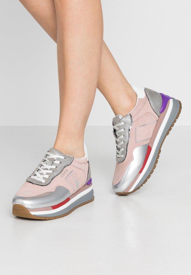 AMY - Matalavartiset tennarit - pink/silver