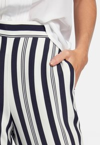 Uta Raasch - Pantalon classique - ecru/marine - 4