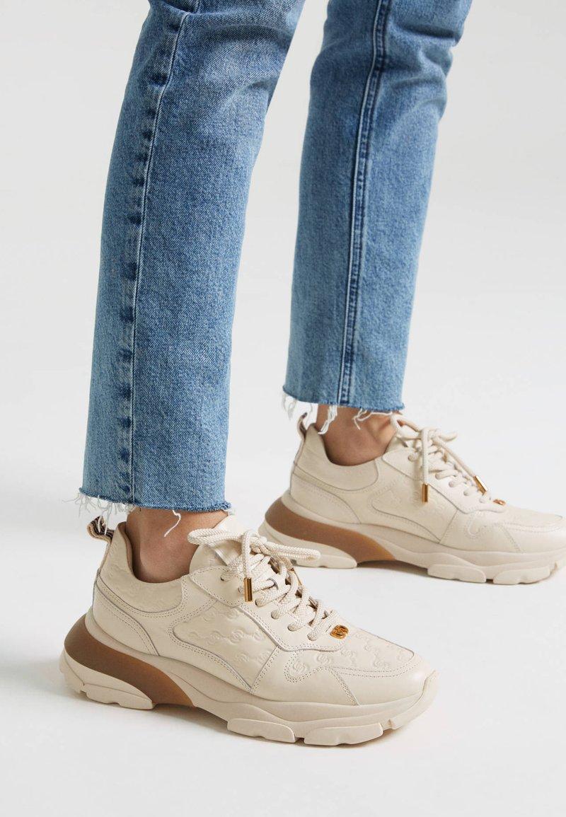 Uterqüe - MIT LOGO - Sneakersy niskie - beige