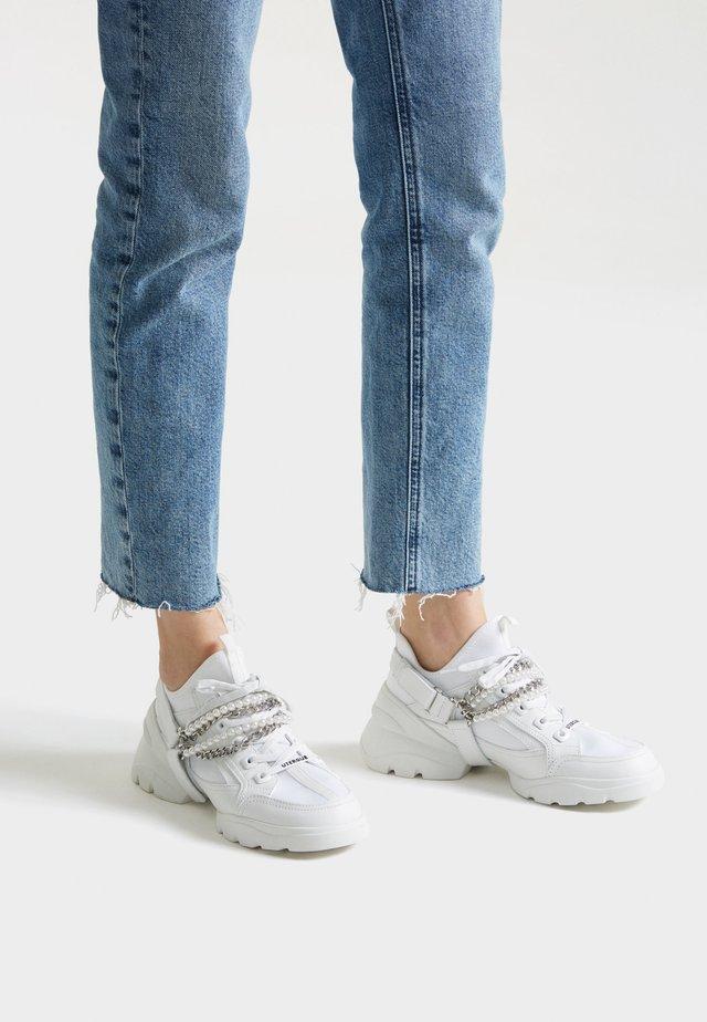 SNEAKER MIT ABNEHMBAREN KETTEN 15403580 - Sneakers - white