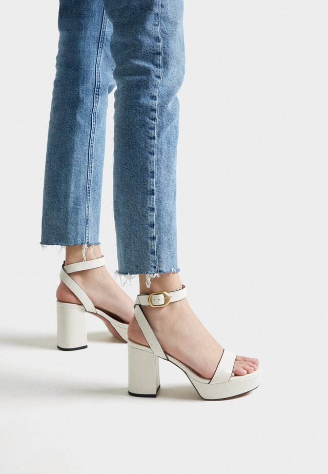 MIT PLATEAUSOHLE - High heeled sandals - white