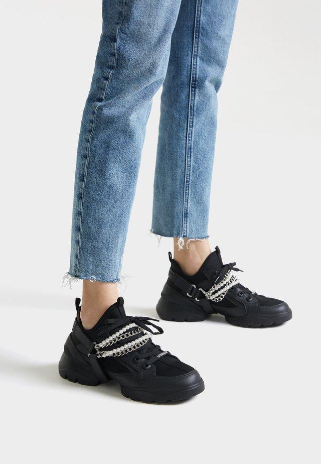 SNEAKER MIT ABNEHMBAREN KETTEN 15402580 - Sneakers - black