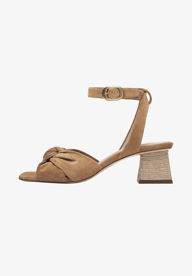 WILDLEDERSANDALEN MIT ZIERKNOTEN 15523580 - Ankle cuff sandals - nude