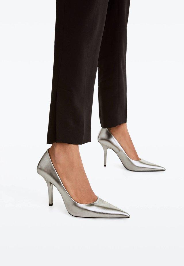 MIT METALLIC-FINISH - High heels - silver