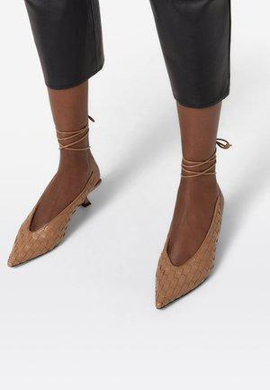 MIT KNÖCHELRIEMCHEN  - Classic heels - brown