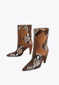 Uterqüe - MIT PRINT - Cowboy/biker ankle boot - brown - 2