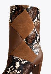 Uterqüe - MIT PRINT - Cowboy/biker ankle boot - brown - 4