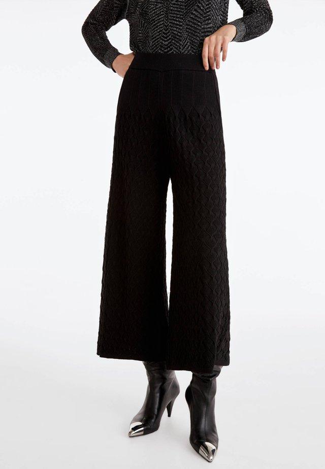 MIT RELIEFMUSTER - Bukser - black