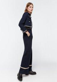 Uterqüe - MIT PASPELN - Trousers - dark blue - 3