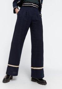 Uterqüe - MIT PASPELN - Trousers - dark blue - 0