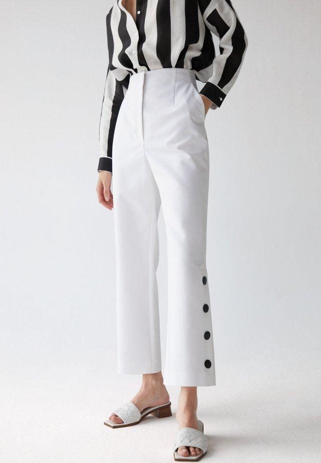 MIT ZIERKNÖPFEN - Spodnie materiałowe - white