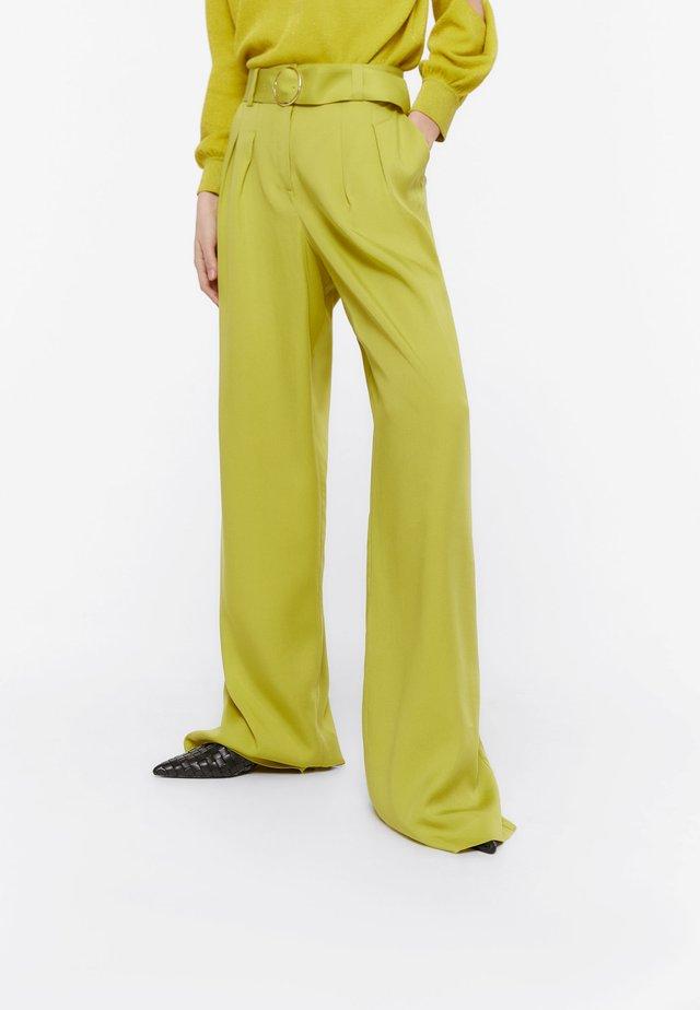 MIT GÜRTEL UND ZIERFALTEN - Trousers - green