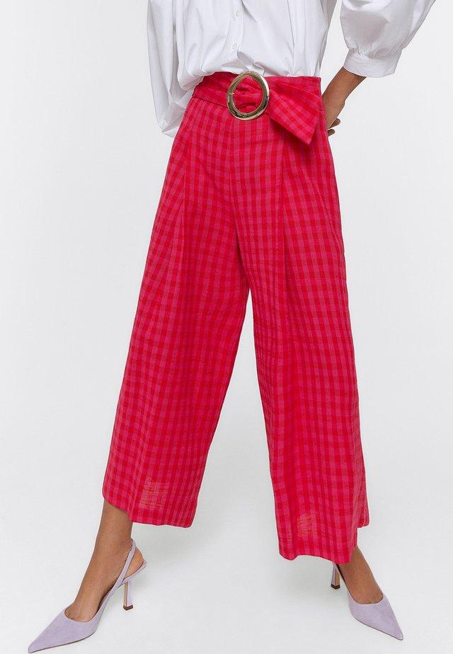 KARIERTE MIT SCHNALLE - Spodnie materiałowe - red