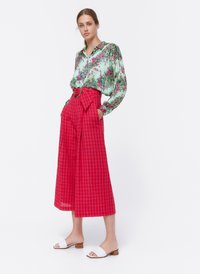 Uterqüe - MIT SCHNALLE - Trousers - red - 3