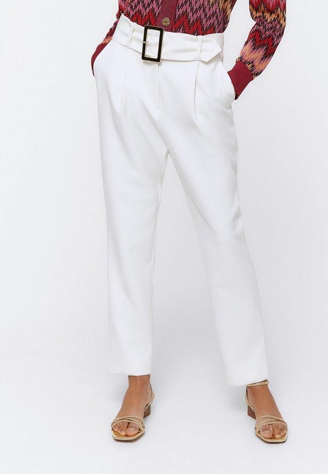 BUNDFALTENHOSE MIT SCHNALLE 00139260 - Spodnie materiałowe - white