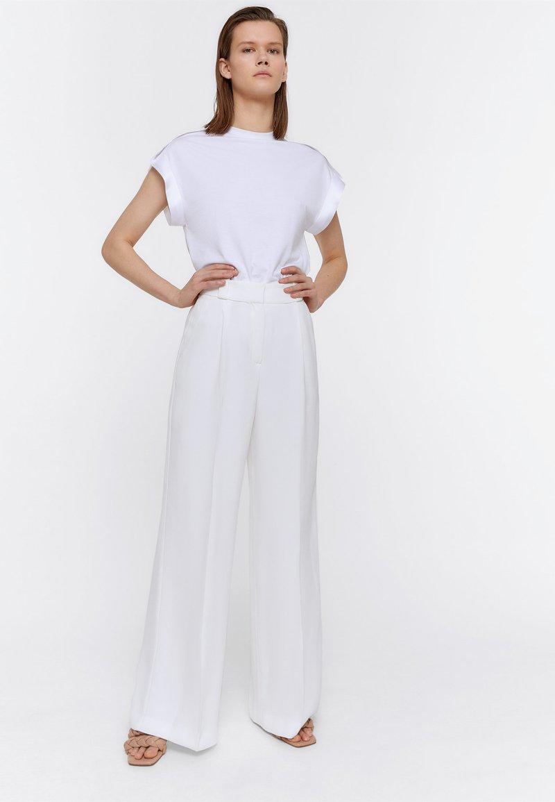 Uterqüe - FLIESSENDE BUNDFALTENHOSE 00129260 - Trousers - white