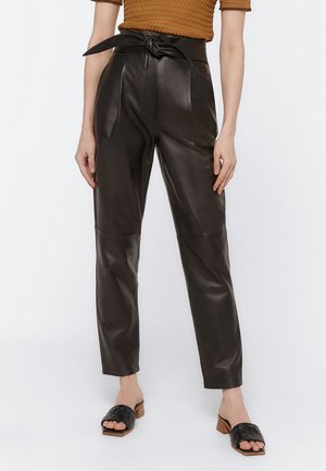 MIT GÜRTEL - Leather trousers - black