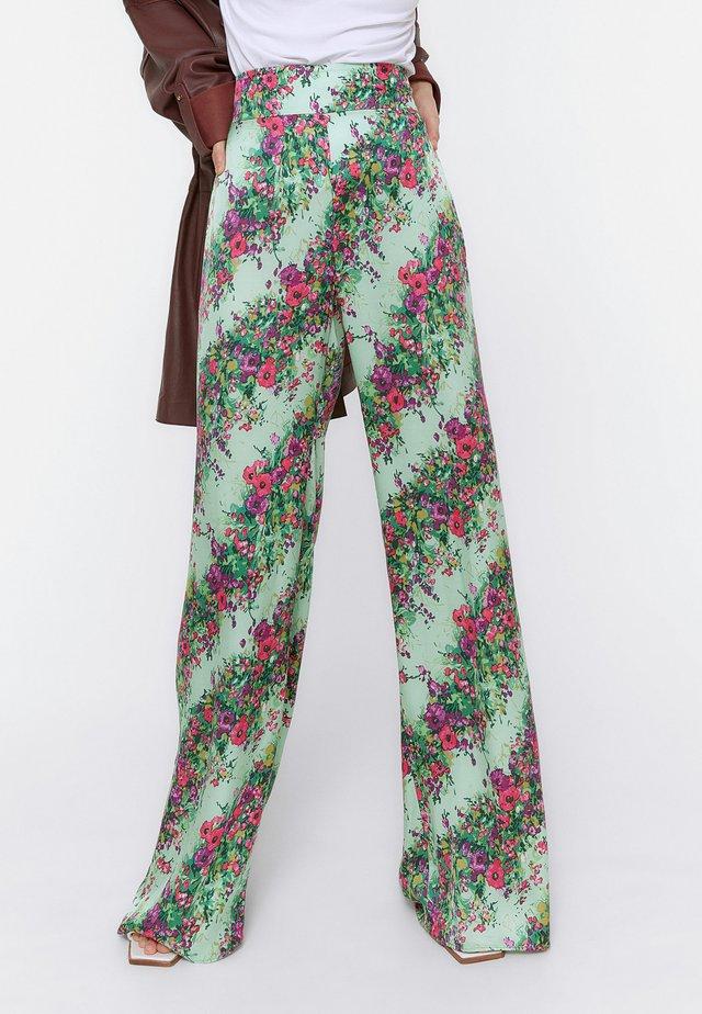 MIT BLUMENPRINT  - Spodnie materiałowe - green
