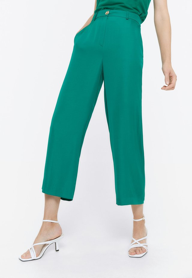 MIT KNOPF - Trousers - green