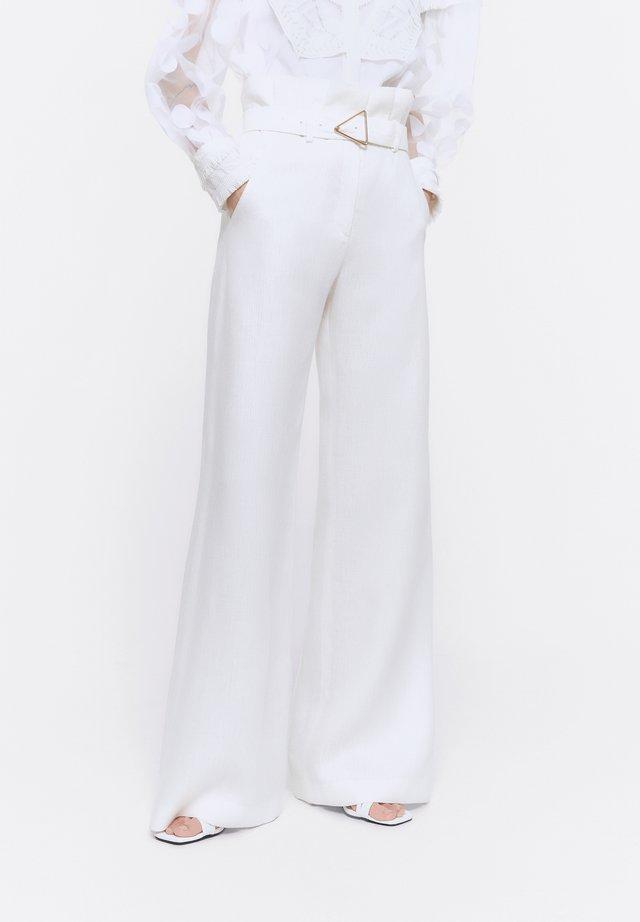 MIT SCHNALLE - Stoffhose - white
