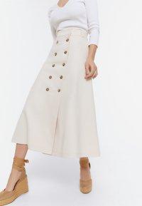 Uterqüe - MIT KNÖPFEN  - Zavinovací sukně - beige - 0