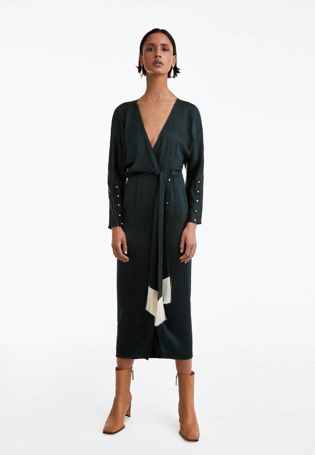MIT FRANSEN UND PERLKNÖPFEN - Korte jurk - green