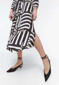 Uterqüe - Maxi šaty - black - 4