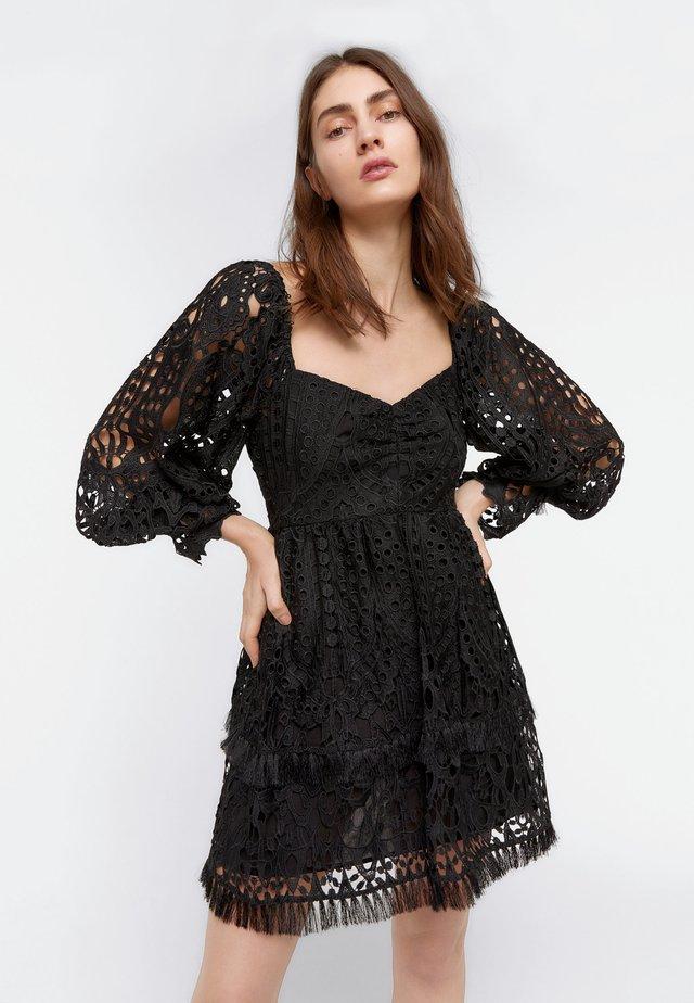 SCHWARZES KLEID MIT GUIPURE 00514253 - Sukienka letnia - black