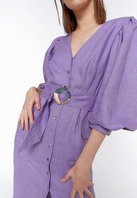 Uterqüe - KURZES LEINENKLEID MIT BAUSCHÄRMELN 00201260 - Denní šaty - dark purple - 4