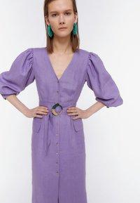 Uterqüe - KURZES LEINENKLEID MIT BAUSCHÄRMELN 00201260 - Denní šaty - dark purple - 2