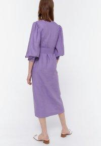 Uterqüe - KURZES LEINENKLEID MIT BAUSCHÄRMELN 00201260 - Denní šaty - dark purple - 1