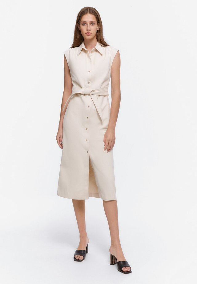 MIT GÜRTEL - Sukienka jeansowa - beige