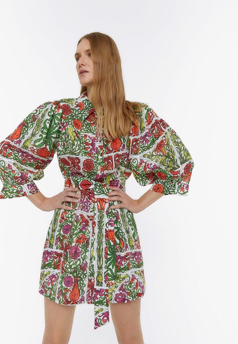 Uterqüe - MIT PRINT - Sukienka letnia - white