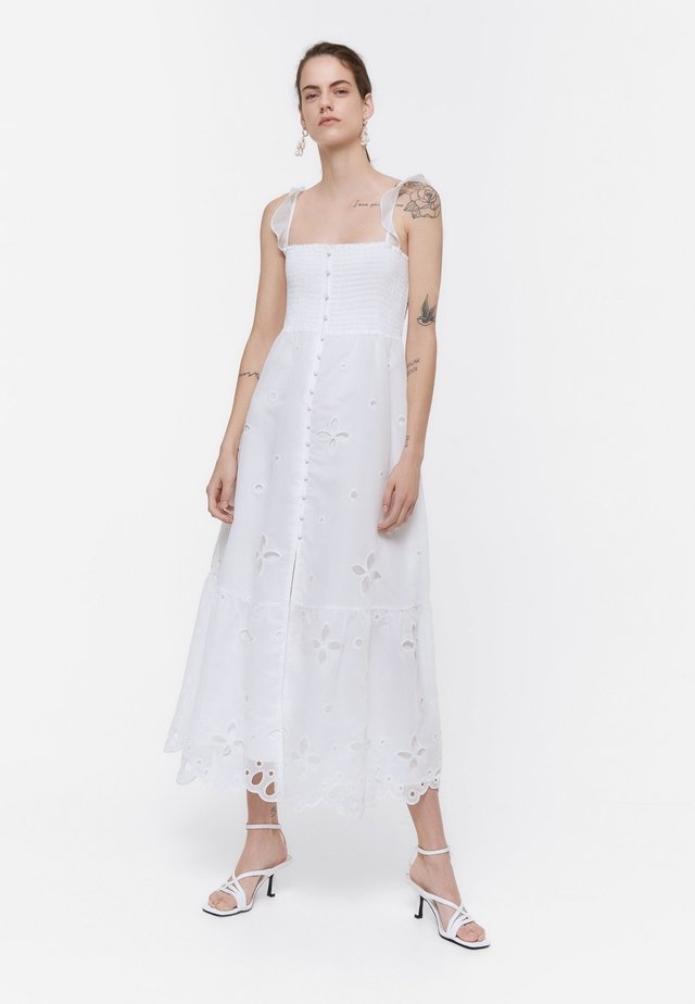 BESTICKTES ORGANZA 00522253 - Maxi-jurk - white