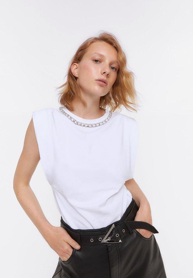 MIT BLUMENSTICKEREI  - T-shirt z nadrukiem - white