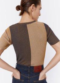Uterqüe - MIT RUNDAUSSCHNITT UND KNOPFLEISTE - T-shirt con stampa - brown - 2