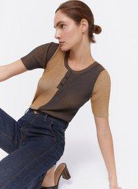 Uterqüe - MIT RUNDAUSSCHNITT UND KNOPFLEISTE - T-shirt con stampa - brown - 1