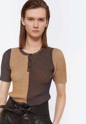 ZWEIFARBIGER PULLOVER MIT RUNDAUSSCHNITT UND KNOPFLEISTE 0106245 - T-shirt med print - brown