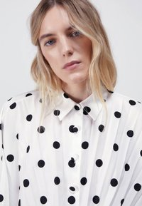 Uterqüe - MIT TUPFEN - Button-down blouse - white - 4