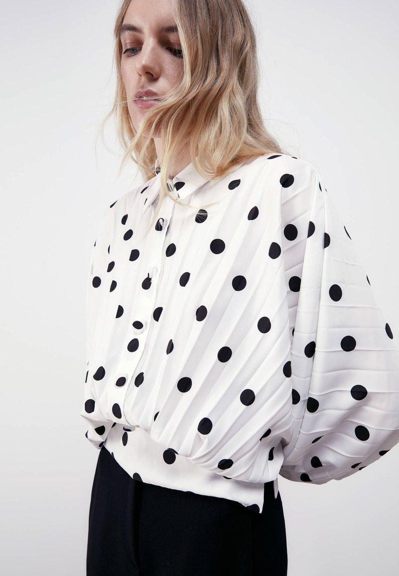 Uterqüe - MIT TUPFEN - Button-down blouse - white