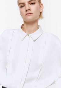 Uterqüe - MIT ZIERFALTEN - Button-down blouse - white - 4