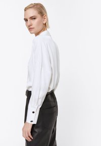 Uterqüe - MIT ZIERFALTEN - Button-down blouse - white - 3