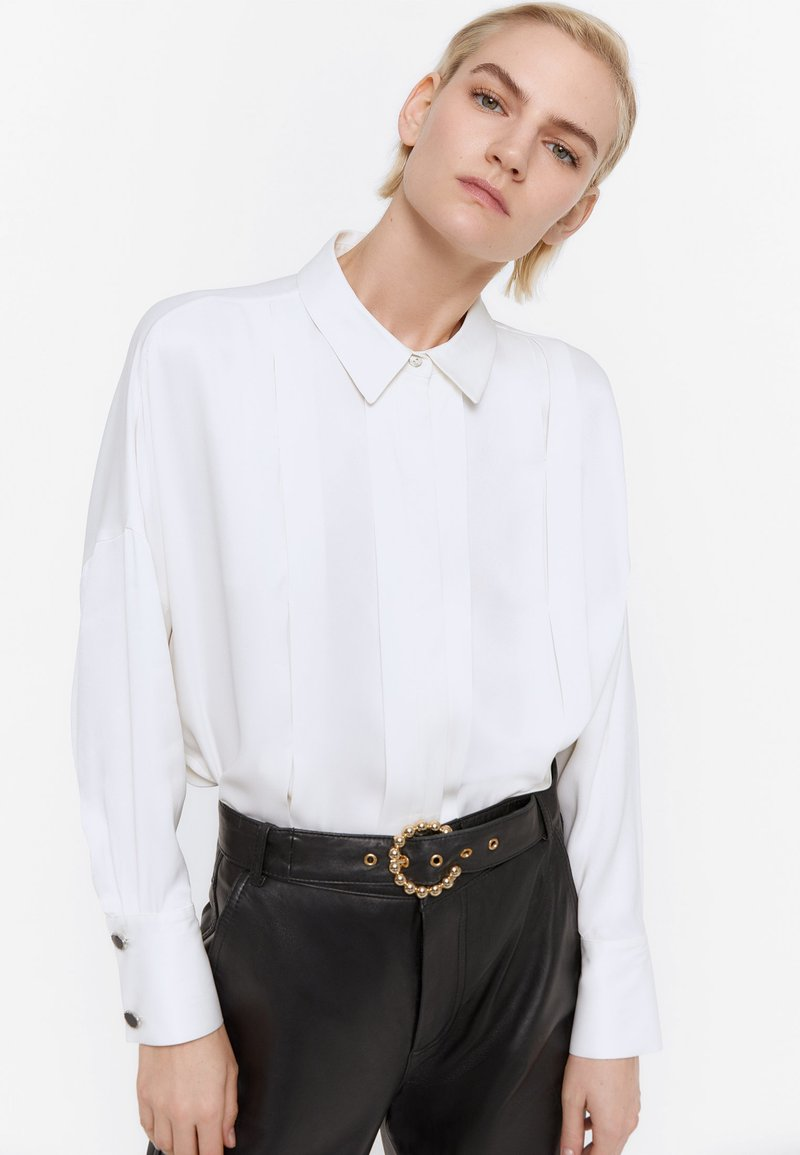 Uterqüe - MIT ZIERFALTEN - Button-down blouse - white