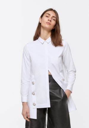 MIT PERLENKNOPF  - Button-down blouse - white