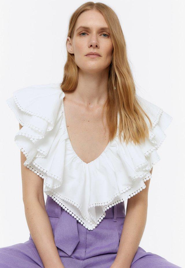 MIT V-AUSSCHNITT UND VOLANTS - T-Shirt print - beige