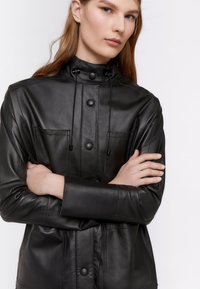 Uterqüe - MIT GUMMIZUG IN DER TAILLE - Leather jacket - black - 4