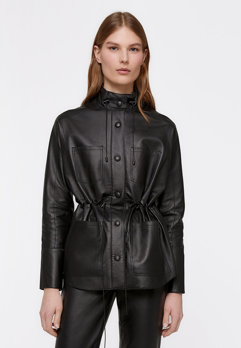 Uterqüe - MIT GUMMIZUG IN DER TAILLE - Leather jacket - black