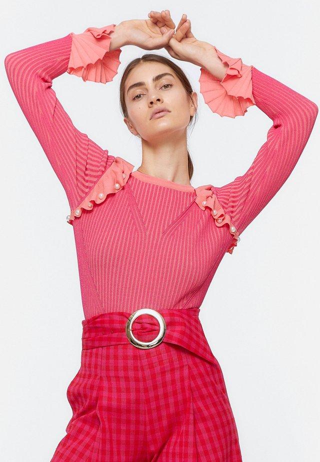 GERIPPTER PULLOVER MIT VOLANTS UND PERLEN 01047450 - Sweter - neon pink
