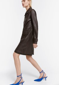Uterqüe - MIT STANZMUSTER - Short coat - brown - 0
